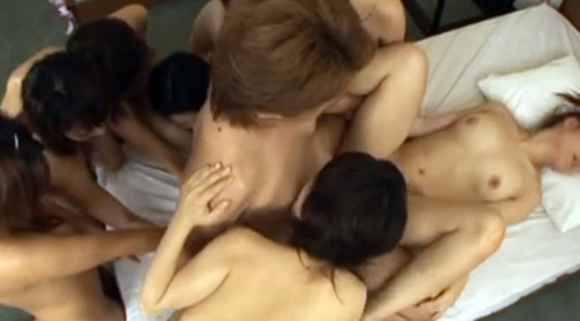 【無修正ハーレム】8人の全裸美女に舐め尽され生中出し