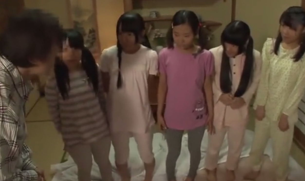 【JS修学旅行】おじさんにご奉仕しパイパンマンコを犯される5人の黒髪ロリ少女